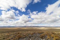 Paisaje vacío abierto de par en par del desierto en Nevada durante invierno con los cielos azules y las nubes Imagen de archivo libre de regalías