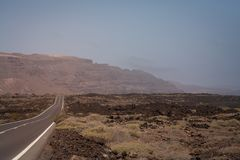 Paisaje vacío de la opinión del camino en Lanzarote, Fotografía de archivo libre de regalías