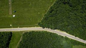 Paisaje verde con el bosque y el meadowv - opinión aérea del plumón superior imagenes de archivo