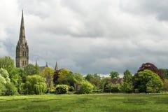 Paisaje verde con la catedral de Salisbury en el fondo imagenes de archivo