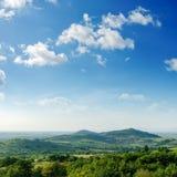 Paisaje verde de la montaña con los árboles imagenes de archivo