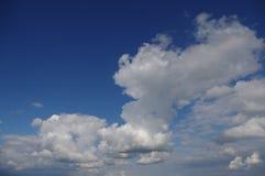 Paisaje verde de las nubes Imágenes de archivo libres de regalías