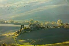 Paisaje verde de Toscana en el tiempo de mañana con los pájaros fotografía de archivo libre de regalías