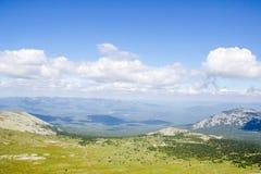Paisaje verde del valle de la montaña Fotos de archivo