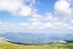 Paisaje verde del valle de la montaña en un día de verano soleado Imágenes de archivo libres de regalías