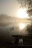 Paisaje vertical del lago brumoso Fotografía de archivo