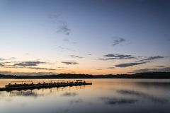 Paisaje vibrante de la salida del sol del embarcadero en el lago tranquilo Imágenes de archivo libres de regalías