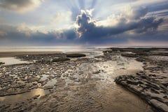 Paisaje vibrante imponente de la puesta del sol sobre la bahía de Dunraven en País de Gales fotos de archivo