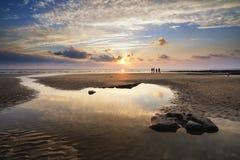 Paisaje vibrante imponente de la puesta del sol sobre la bahía de Dunraven en País de Gales Imagen de archivo libre de regalías
