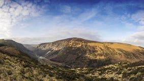 Paisaje vivo de la montaña que mira en el valle Foto de archivo libre de regalías