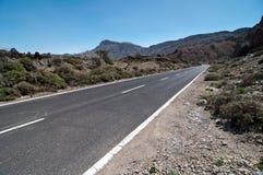 Paisaje volcánico con el camino - montaje Teide foto de archivo