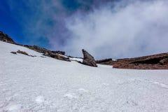 Paisaje volcánico cubierto en nieve fotos de archivo