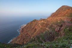 Paisaje volcánico escénico de la costa costa, acantilados en el parque natural de Tamadaba, Canarias magníficas, España foto de archivo
