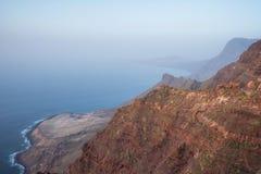 Paisaje volcánico escénico de la costa costa, acantilados en el parque natural de Tamadaba, Canarias magníficas, España imagen de archivo libre de regalías