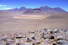 Paisaje volcánico espartano del desierto de Atacama Fotos de archivo libres de regalías