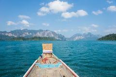 Paisaje y barco de la largo-cola en Khao Sok National Park Imágenes de archivo libres de regalías