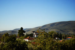 Paisaje y casas con las montañas en Grecia Foto de archivo libre de regalías