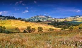 Paisaje y ciudad Monticchiello, Italia de Toscana fotos de archivo
