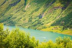Paisaje y fiordo de las montañas en Noruega Foto de archivo libre de regalías