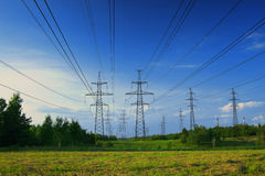 Paisaje y línea eléctrica eléctrica Fotos de archivo