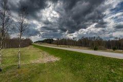 Paisaje y naturaleza de Lituania con el cielo nublado Frontera de Lituania Rusia en fondo imagenes de archivo