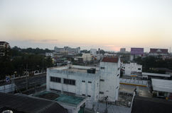 Paisaje y paisaje urbano con el camino del tráfico de la ciudad de Phitsanulok adentro Fotos de archivo