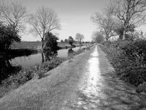 Paisaje y pescador del canal en monocromo imagenes de archivo