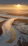 Paisaje y puesta del sol, visión superior del río del invierno Foto de archivo