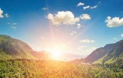 Paisaje y salida del sol de la montaña Imagenes de archivo