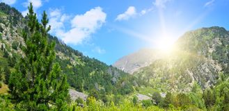 Paisaje y salida del sol de la montaña Foto ancha foto de archivo
