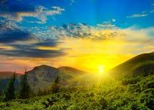 Paisaje y salida del sol hermosos de la montaña foto de archivo
