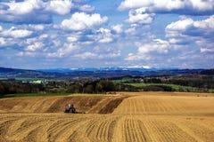 Paisaje y tractor Imagen de archivo libre de regalías