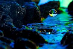 Paisajes coloridos y creativos de la gota del agua Fotos de archivo