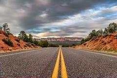 Paisajes con el camino después de la puesta del sol Imagenes de archivo