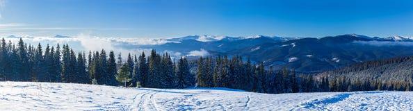 Paisajes de la montaña y panoramas de los picos de montaña coronados de nieve Fotografía de archivo