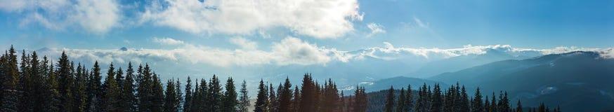 Paisajes de la montaña y panoramas de los picos de montaña coronados de nieve Imágenes de archivo libres de regalías