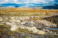Paisajes de la naturaleza de Noruega, montaña debajo de Sunny Blue Sky Fotografía de archivo libre de regalías