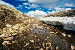 Paisajes de la naturaleza de Noruega, montaña debajo de Sunny Blue Sky Imagenes de archivo