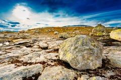 Paisajes de la naturaleza de Noruega, montaña debajo de Sunny Blue Sky Foto de archivo
