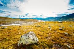 Paisajes de la naturaleza de Noruega, montaña debajo de Sunny Blue Sky Fotos de archivo libres de regalías