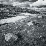 Paisajes de la naturaleza de Noruega, montaña debajo de Sunny Blue Sky Foto de archivo libre de regalías