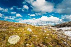 Paisajes de la naturaleza de Noruega, montaña debajo de Sunny Blue Sky Fotos de archivo