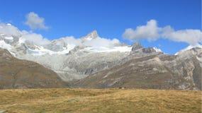 Paisajes de las montañas con Frosty With Sunlight fotografía de archivo