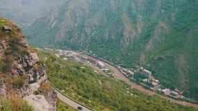 Paisajes de montañas en Armenia Visión superior El río y la serpentina de la montaña metrajes