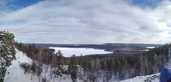Paisajes del invierno en la monta?a nublada Sugomak del d?a de Urales imagen de archivo