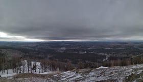 Paisajes del invierno en la monta?a nublada Sugomak del d?a de Urales fotografía de archivo