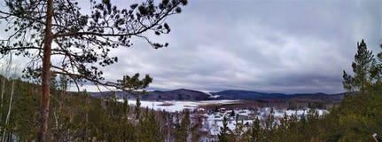 Paisajes del invierno en la monta?a nublada Sugomak del d?a de Urales foto de archivo