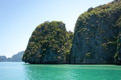 Paisajes del mar del parque nacional de Phang Nga y de las montañas de la piedra caliza foto de archivo libre de regalías