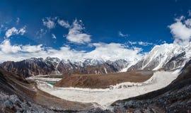 Paisajes panorámicos hermosos de las montañas de Himalaya a lo largo de Manas Fotos de archivo