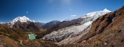 Paisajes panorámicos hermosos de las montañas de Himalaya a lo largo de Manas Fotografía de archivo libre de regalías
